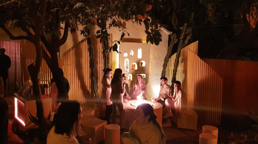 Una foto nocturna de personas en una fiesta desde el Samsung Galaxy S10e