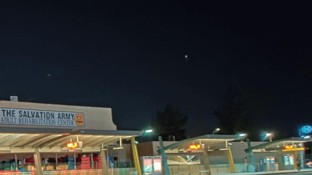 Primer plano de una foto tomada en modo Nightscape que muestra granulosidad