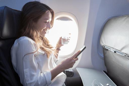Mujer usando wifi en vuelo