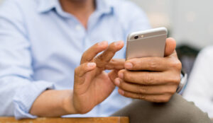 Hombre usando iPhone