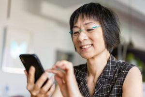 Mujer usando un teléfono inteligente